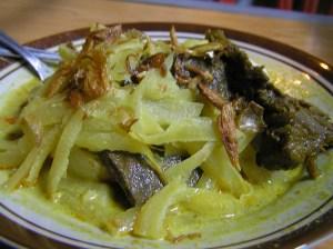 Ketupatnya tenggelam semua dibalik sayur, empal dua-duanya nampak.