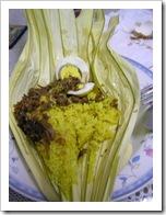 Nasi kuning di atas piring