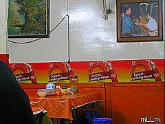 khas rumah makan Jawa, ada lukisan .ada foto
