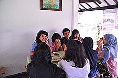 Mahasiswa makan