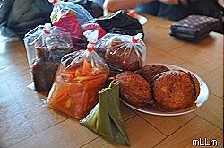 Bungkusan kue-kue dan Gohu