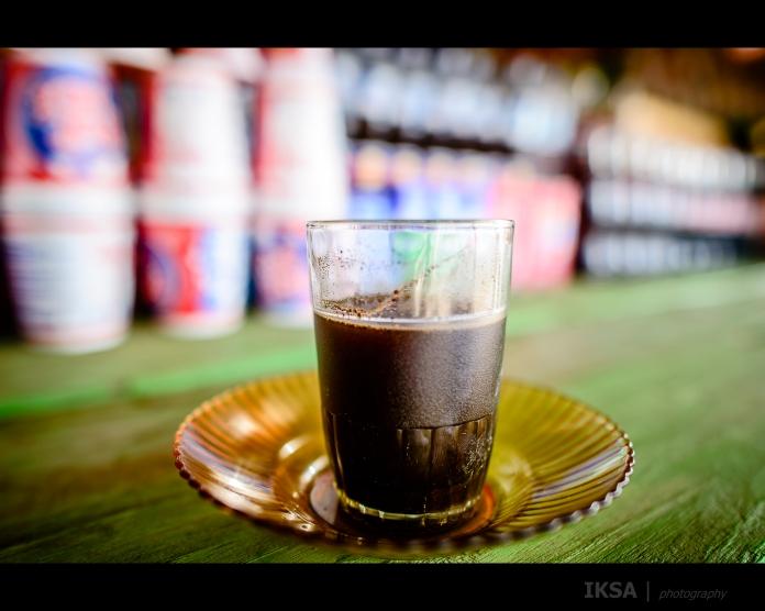 Menikmati kopi tubruk di warung